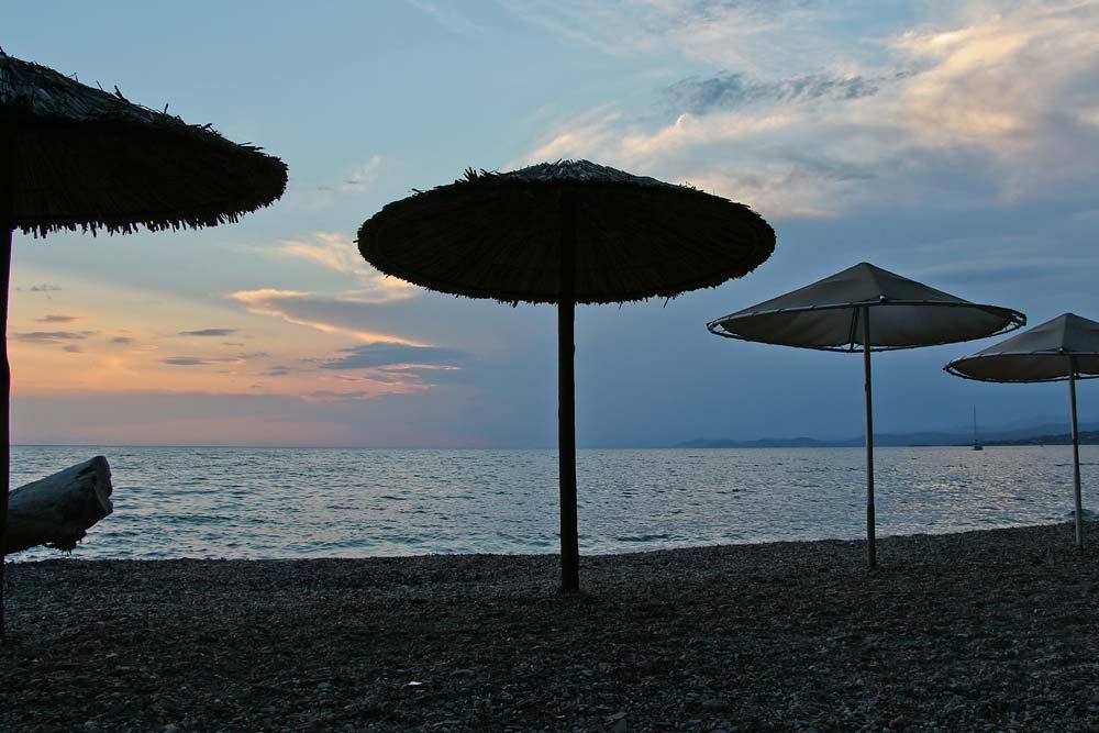 Пляж отеля вечером