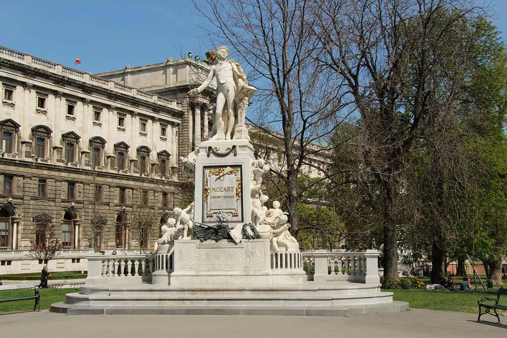 Из Будапешта в Вену - памятник Моцарту в парке Хофбург