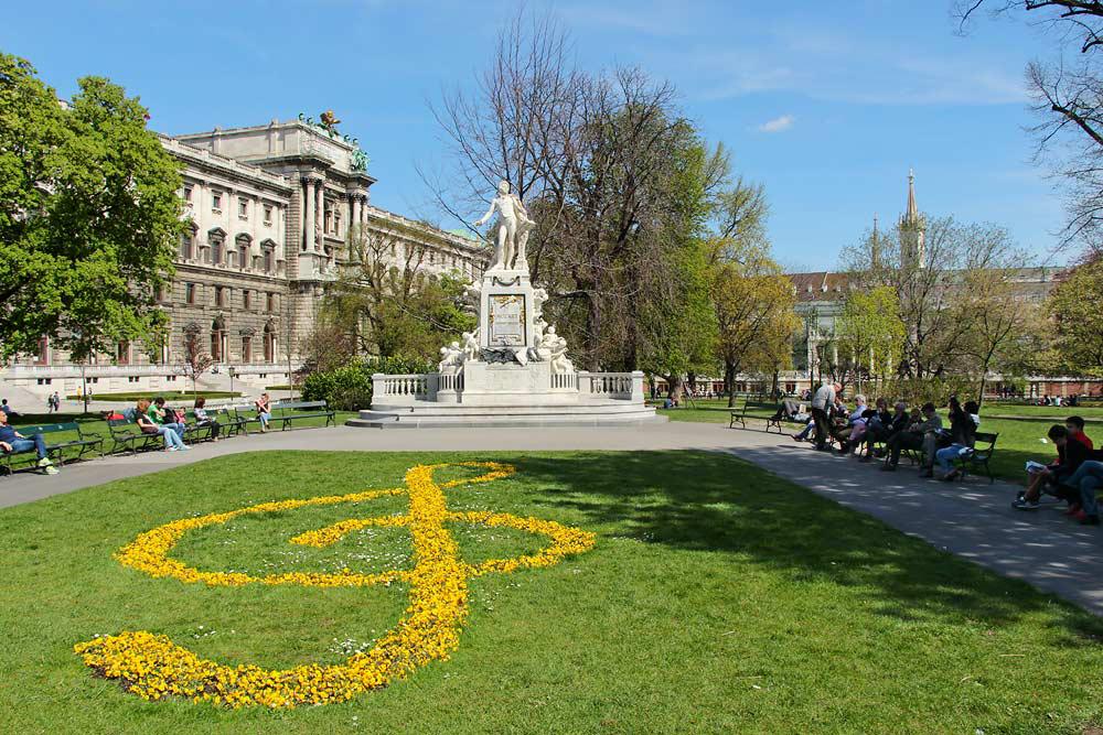 Из Будапешта в Вену - памятник Моцарту