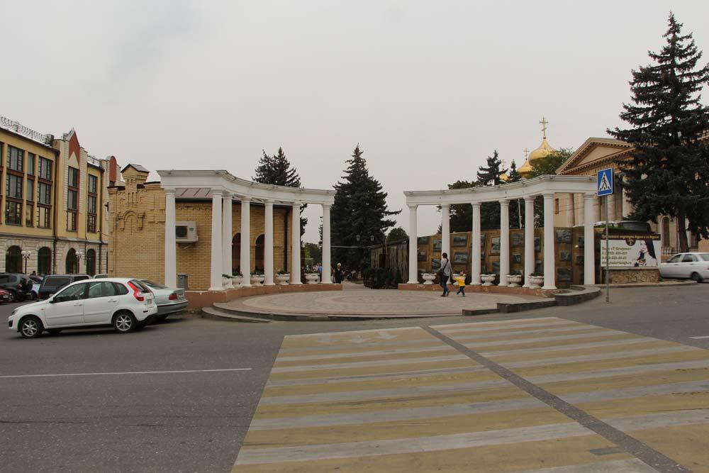 Колоннада напротив входа в Цветник