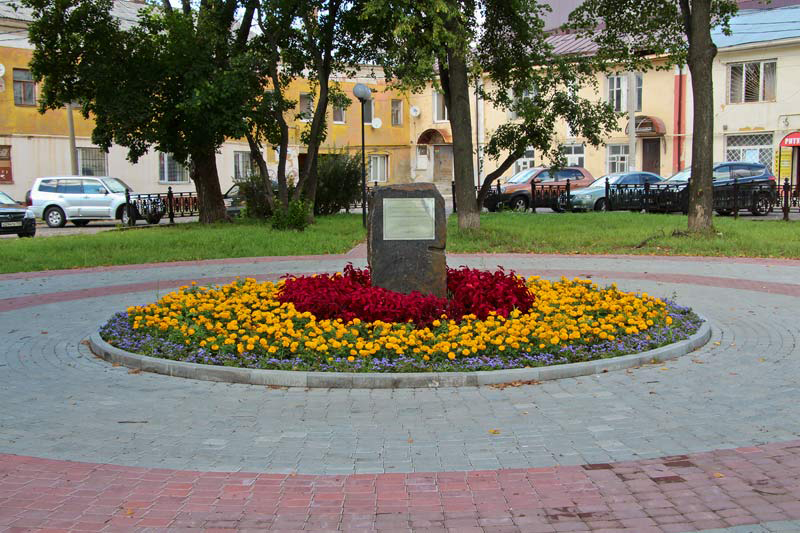 Камень на месте Собора Александра Невского