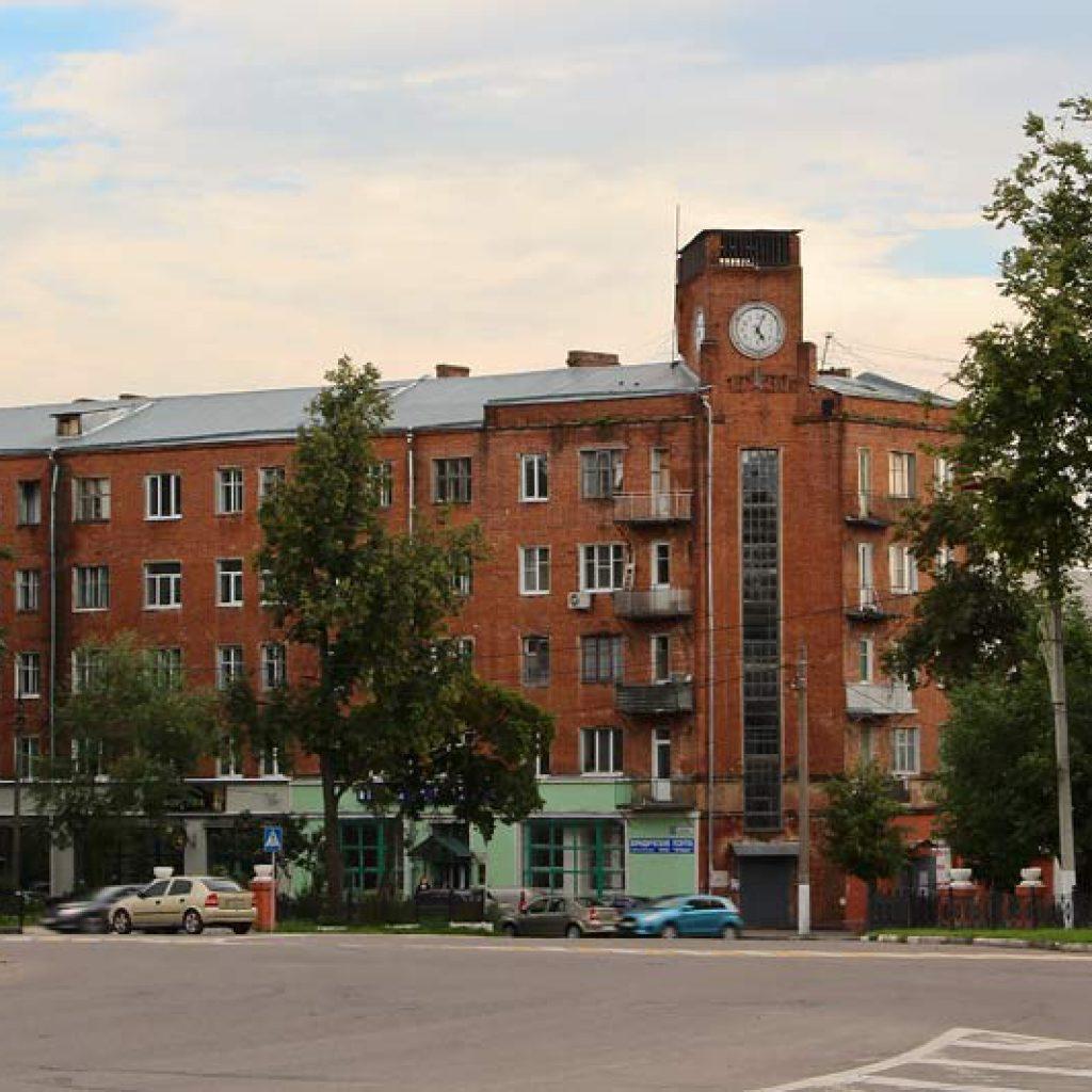 Что посмотреть в Серпухове - Жилой дом с часами на площади Ленина