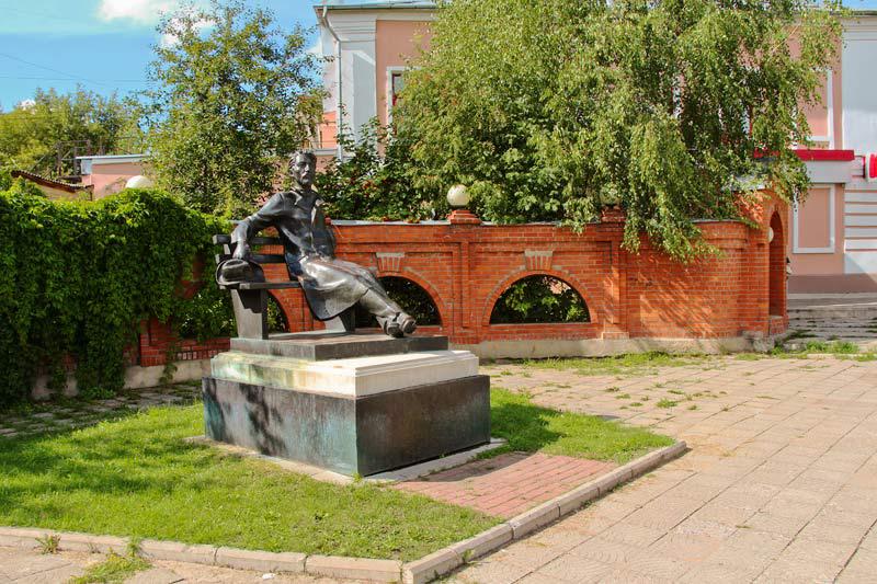 Что посмотреть в Серпухове - памятник Чехову