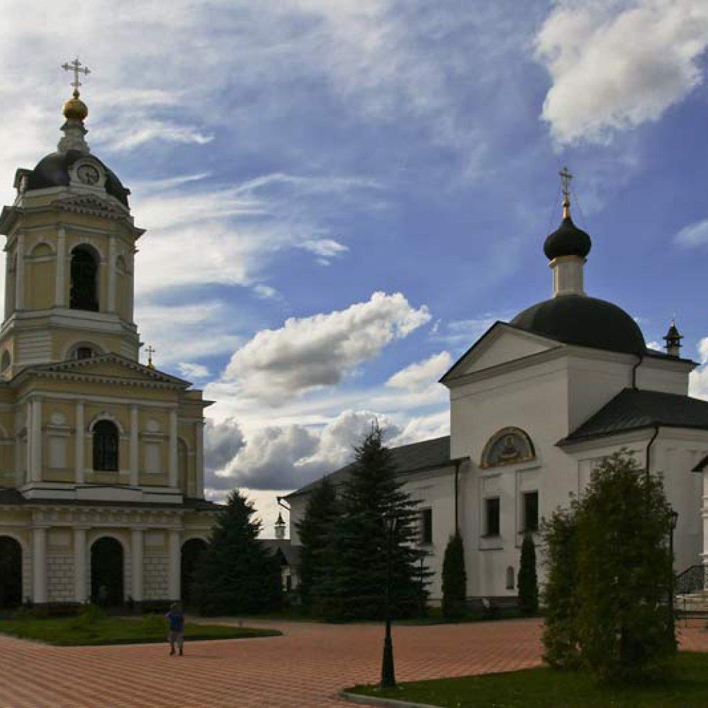 Высоцкий монастырь - колокольня и Покровский собор