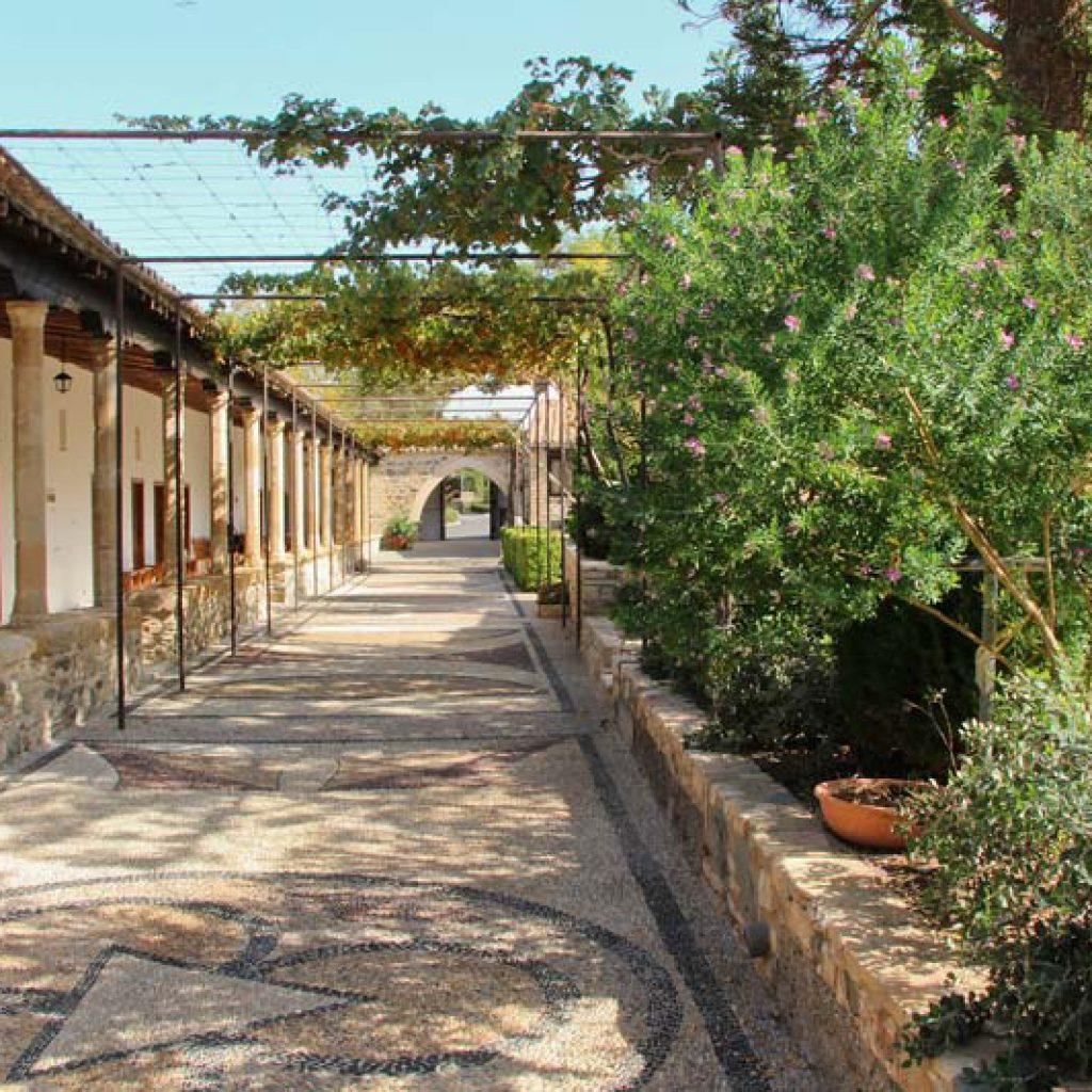 Дворик монастыря святого Ираклидия
