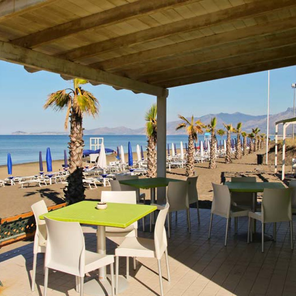 Бар на пляже отеля La Serra