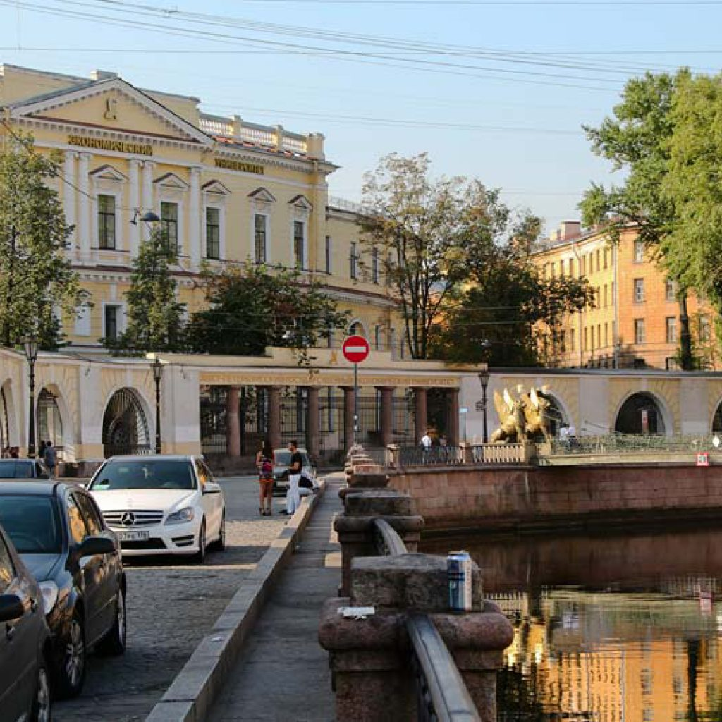 """Где остановиться в Питере? Банковский мост с грифонами рядом с отелем """"Грифон"""""""